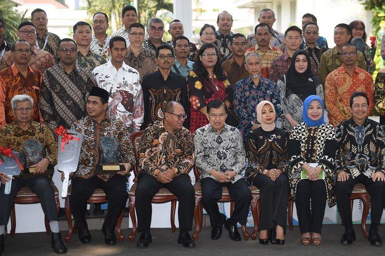 Wakil Presiden Jusuf Kalla (keempat kanan) berbincang dengan Dirut BPJS Ketenagakerjaan Agus Susanto (ketiiga kiri) usai penyerahan Anugerah Paritrana di Istana Wakil Presiden, Jakarta, Rabu (3/7/2019). Anugerah Paritrana merupakan bentuk apresiasi dari BPJS Ketenagakerjaan bersama Kemenko PMK kepada para pimpinan pemerintah daerah dan perusahaan yang sepanjang tahun 2018 mendukung penuh implentasi dan tertib administrasi jaminan sosial ketenagakerjaan. ANTARA FOTO/Akbar Nugroho Gumay/ama.