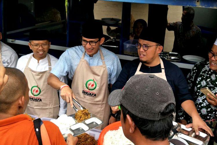 Bakal Cawapres Sandiaga Uno saat menjadi pelayan Waroeng Makan Dhuafa di Kantor PP Muhammdiyah, Jakarta, Jumat (14/9/2018)