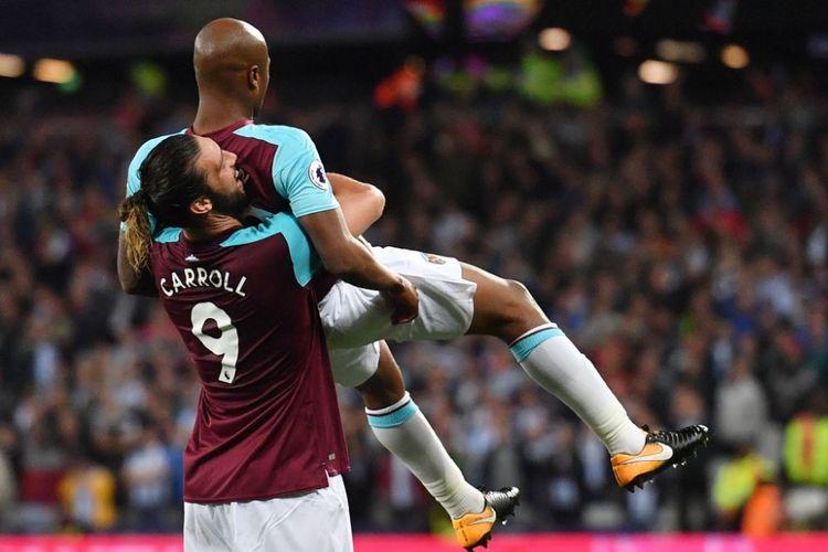 Andy Carroll dan Andre Ayew merayakan gol West Ham United ke gawang Huddersfield Town pada pertandingan Premier League di London Stadium, Senin (11/9/2017).