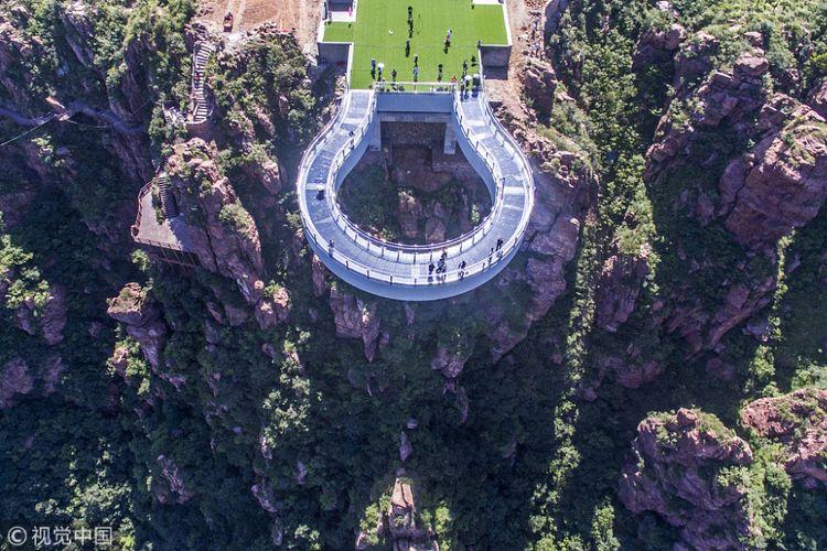 China membuka jembatan kaca terpanjang di dunia yang berada di kawasan Fuxi Mountain Tourist Attraction, Kota Xinmi, Provinsi Henan.