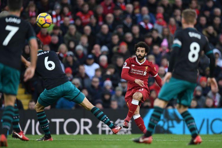Pemain sayap Liverpool, Mohamed Salah, melepas tendangan melengkung ke arah gawang Southampton pada pertandingan Premier League di Anfield, Sabtu (18/11/2017).