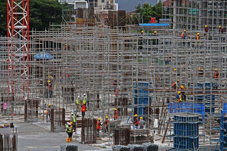 Suasana pengerjaan proyek Light Rail Transit (LRT) di Depo LRT, Kelapa Gading, Jakarta, Kamis (25/01/2018). Rencananya LRT akan mulai beroperasi 13 Agustus 2018, lima hari sebelum pembukaan Asian Games yang dijadwalkan pada 18 Agustus 2018.
