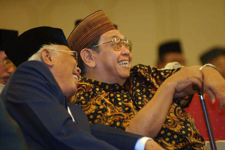 Mantan Presiden Abdurrahman Wahid (kanan) tertawa ketika berbincang bersama Wakil Ketua Majelis Permusyawaratan Rakyat (MPR) KH Cholil Bisri dalam Musyawarah Pimpinan Partai Kebangkitan Bangsa di Hotel Kartika Chandra Jakarta, Senin (10/6).