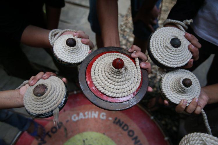 Gasing koleksi Endi Agus Riyono atau akrab disapa Endi Aras di Gudang Dolanan Indonesia, Taman Serua Depok, Jawa Barat, Minggu (22/7/2018).