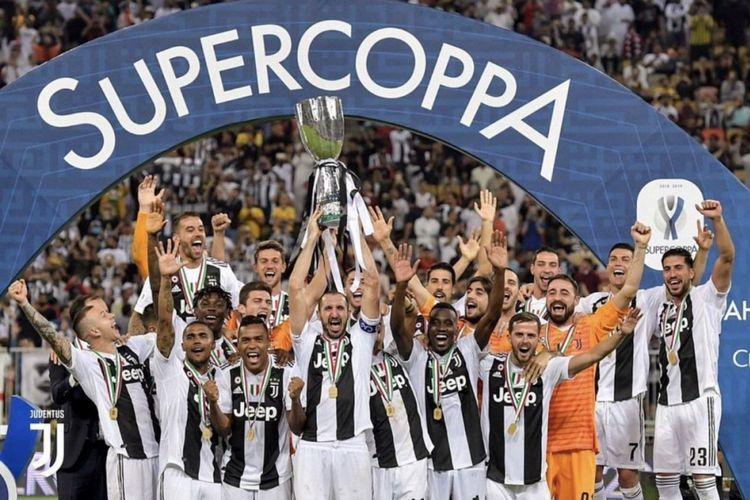 Para pemain Juventus merayakan keberhasilan menjuarai Piala Super Italia seusai menang atas AC Milan di Jeddah, 16 Januari 2019.