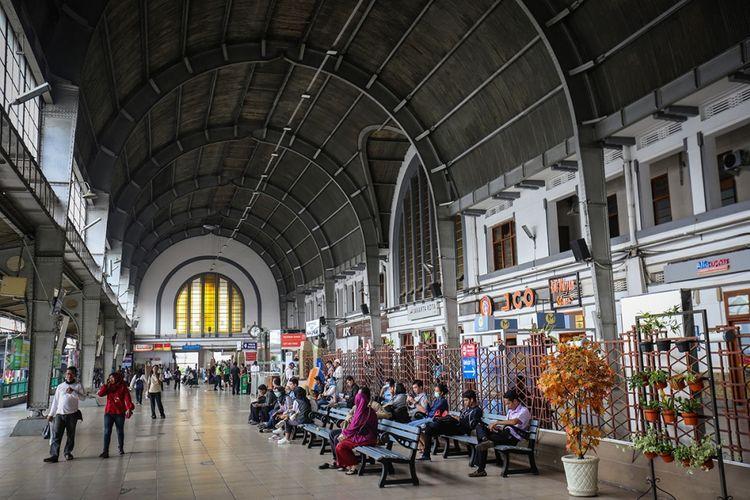 Aktivitas warga di Stasiun Jakarta Kota di Jakarta Barat, Kamis (7/9/2017). Pada hari libur, jumlah penumpang yang naik dan turun di Stasiun Jakarta Kota mencapai 90.000 orang, dua kali lipat lebih banyak dibandingkan jumlah penumpang pada hari-hari kerja.
