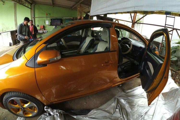 Penampakan mobil bermuka dua di Bandung. Mobil ini sempat viral karena bentuknya yang tak lazim.