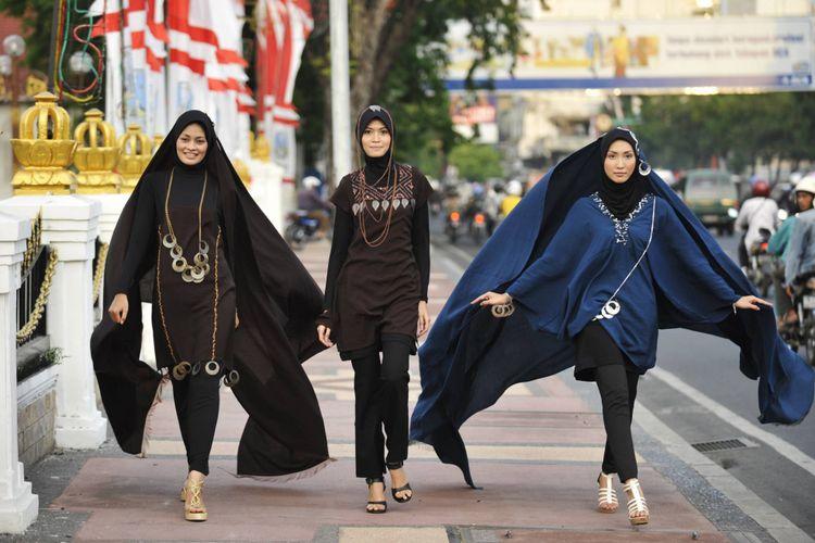 Sejumlah model mengenakan busana muslim karya Cici di trotoar Jalan  Gubernur Suryo 0359d9ca1f