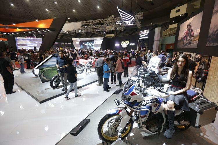 Suasana pameran Indonesia Motorcycle Show (IMOS) 2018 di Jakarta Convention Centre, Jakarta, Kamis (1/11/2018). Pameran sepeda motor terbesar di Indonesia ini menghadirkan motor-motor keluaran baru dari berbagai merek, dan akan berlangsung hingga 4 November 2018.