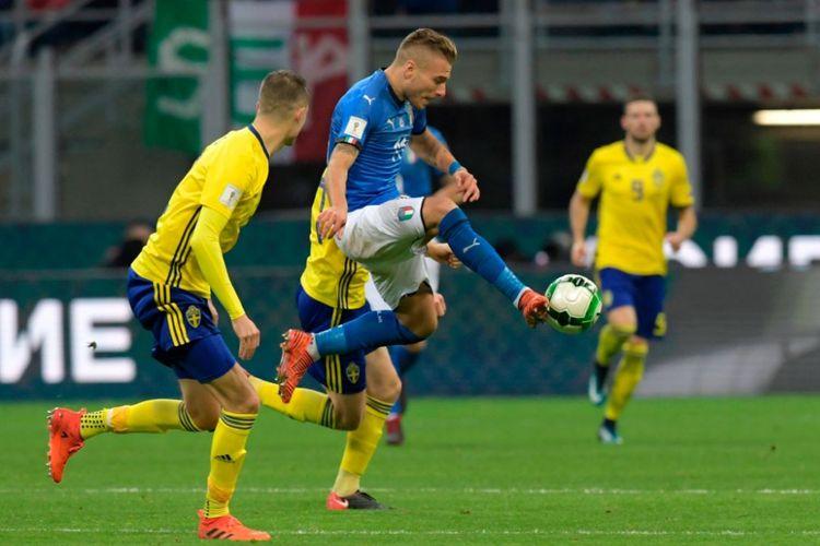 Penyerang timnas Italia, Ciro Immobile, mencoba mengontrol bola pada pertandingan play-off Piala Dunia 2018 kontra Swedia di San Siro, Senin (13/11/2017).