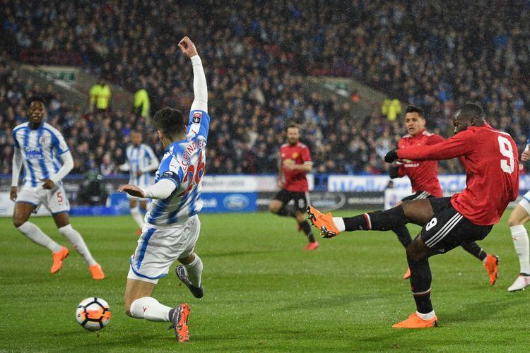 Romelu Lukaku mencetak dua gol kemenangan Manchester United atas Huddersfield Town pada babak kelima Piala FA di Stadion John Smith, Sabtu (17/2/2018).