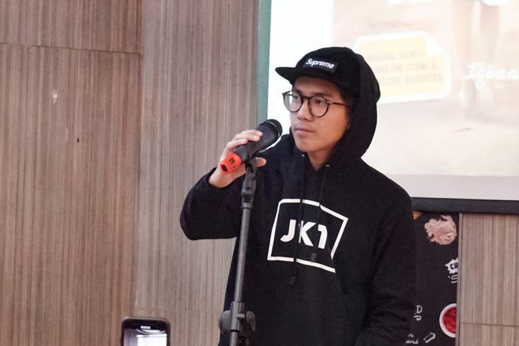 Artis peran yang juga penyanyi Iqbaal Ramadhan tampil dalam acara peluncuran DVD Dilan 1990 di sebuah restoran cepat saji di kawasan Kemang, Jakarta Selatan, Senin (11/6/2018).