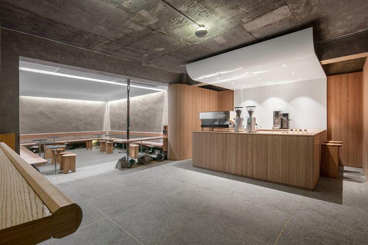 Desain interior Cafe Oriente, yang memadukan kesan minimalis dan unsur tradisional