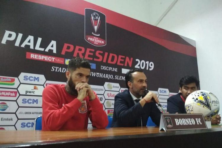 Kapten Borneo FC, Diego Michiels (kiri) dan pelatih Fabio Lopez (kanan) saat konfrensi pers seusai laga kedua Grup D Piala Presiden 2019 melawan PSS Sleman, Jumat (08/03/2019).