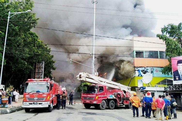 Pusat perbelanjaan Matahari Mall Kudus, Jawa Tengah terbakar hebat, Kamis (22/2/2018).(KOMPAS.com/PUTHUT DWI PUTRANTO)