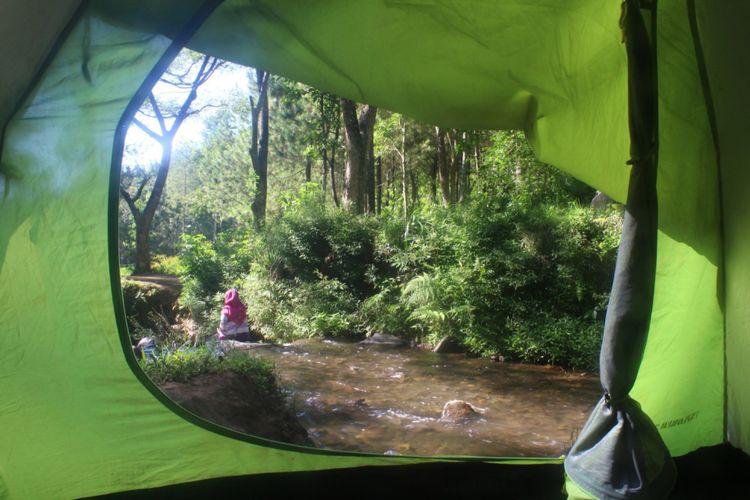Tenda pengunjung yang berdiri di pinggir aliran sungai lokasi wisata alam Bedengan, Kabupaten Malang, Jawa Timur, Minggu (13/5/2018).