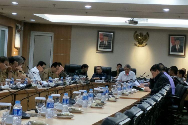 Rapat pembahasan Kebijakan Umum Anggaran Plafon Prioritas Anggaran Sementara (KUA-PPAS) 2018 di Gedung DPRD DKI Jakarta, Senin (13/11/2017).