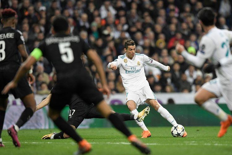 Penyerang Real Madrid, Cristiano Ronaldo, melepas tembakan ke gawang Paris Saint-Germain (PSG) dalam pertandingan pertama babak 16 besar Liga Champions 2017-2018 di Stadion Santiago Bernabeu, Madrid, Spanyol, Kamis (14/2/2018).