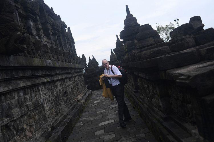 Wisatawan mancanegara mengambil gambar di Candi Borobudur, Magelang, Jawa Tengah, Rabu (29/11/2017). Candi ini termasuk salah satu dari 4 lokasi wisata yang menjadi prioritas percepatan pembangunan, sebagaimana Presiden Jokowi menargetkan kunjungan wisatawan pada 2019 mencapai 20 juta orang dan pergerakan wisatawan nusantara 275 juta, serta indeks daya saing pariwisata berada di ranking 30 dunia.