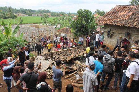 Dedi Mulyadi Robohkan Rumah Reyot yang Diisi 9 Orang di Cianjur