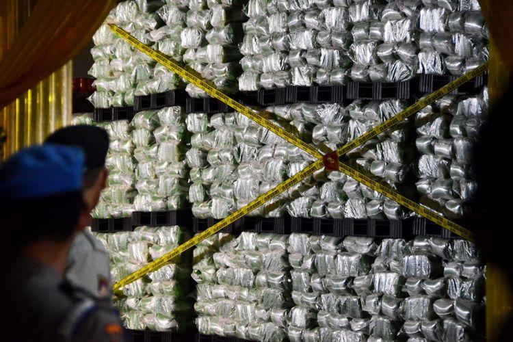Polisi menyegel gudang penyimpanan beras yang dipalsukan kandungan karbohidratnya dari berbagai merk di gudang beras PT Indo Beras Unggul, di kawasan Kedungwaringin, Kabupaten Bekasi, Jawa Barat, Kamis (20/7/2017) malam. Tim Satgas Pangan melakukan penggerebekan gudang dan ditemukan beras yang dipalsukan kandungan karbohidratnya sebanyak 1.162 ton dengan jenis beras IR 64 yang akan dijadikan beras premium yang nantinya akan dijual kembali dengan harga tiga kali lipat di pasaran, sehingga Pemerintah mengalami kerugian hingga Rp 15 triliun.