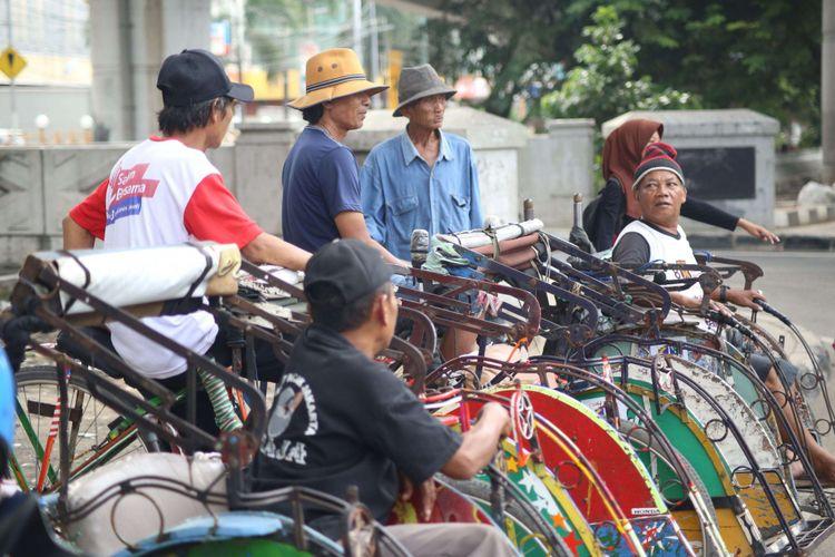 Sejumlah penarik becak mulai beroperasi di Bandengan, Jakarta Utara, Jumat (26/1/2018). Perhatian terhadap penarik becak kembali diberikan oleh Gubernur DKI Jakarta Anies Baswedan. Ia berharap becak tetap beroperasi di rute khusus di Jakarta
