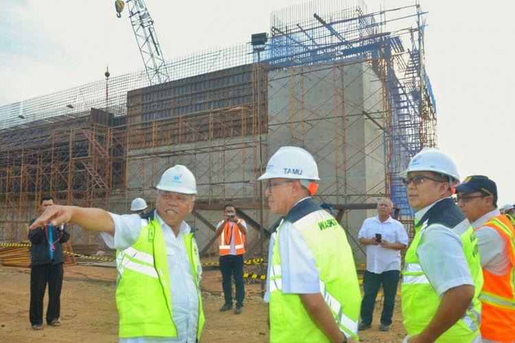 Menteri PUPR Basuki Hadimuljono meninjau pembangunan ruas Tol Pemalang-Batang di titik kritis Jembatan Kali Kuto, Sabtu (14/4/2018).