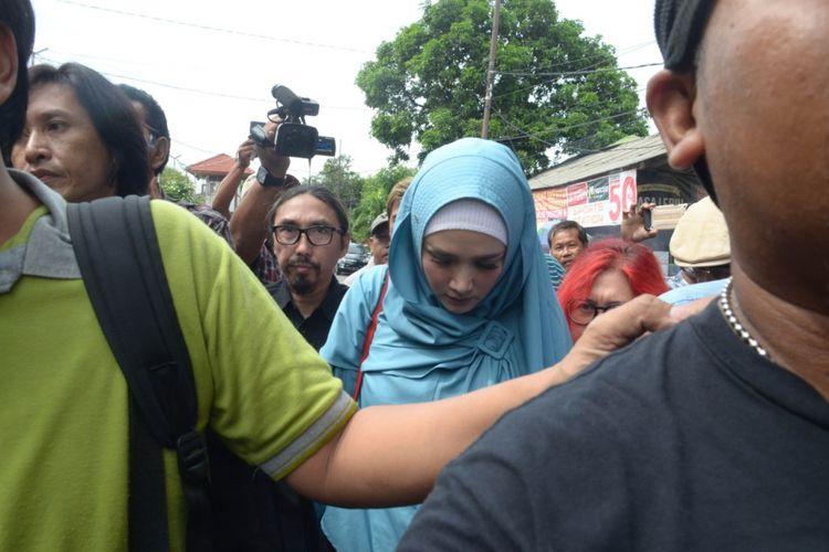 Penyanyi Mulan Jameela menjenguk suaminya, Ahmad Dhani, yang ditahan di Rutan Medaeng Sidoarjo, Senin (11/2/2019).