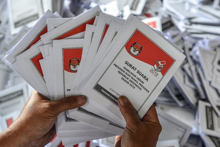 Sejumlah petugas melipat surat suara Pemilihan Presiden dan Wakil Presiden di Gudang Logistik KPU Kota Tasikmalaya, Jawa Barat, Senin (11/2/2019). Sebanyak 2.470.385 lembar surat suara yang terbagi menjadi surat suara untuk Pilpres, DPR RI, DPR Provinsi, DPRD dan DPD, nantinya akan didistribusikan ke 2.063 TPS dan ditargetkan selesai dalam dua minggu dengan jumlah petugas pelipatan 1.000 orang dari PPK, PPS serta KPPS. ANTARA FOTO/Adeng Bustomi/hp.