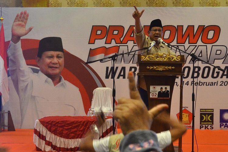 Capres nomor urut 02 Prabowo Subianto menyampaikan sambutan saat kunjungan di Grobogan, Jawa Tengah, Kamis (14/2/2019). Prabowo mengajak kepada pendukungnya untuk menggunakan hak pilihnya sebagai bentuk demokrasi dan mengawal jalannya pemungutan suara pada pemilu 17 April 2019 mendatang. ANTARA FOTO/Yusuf Nugroho/foc.