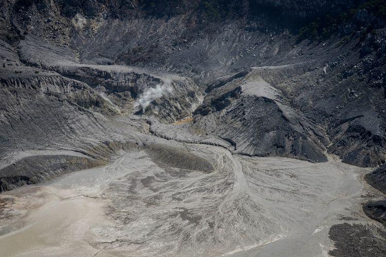 Kepulan asap keluar dari Kawah Ratu Gunung Tangkuban Parahu di Kabupaten Bandung Barat, Jawa Barat, Selasa (23/7/2019). Berdasarkan hasil rekaman seismograf pos pengamatan PVMBG Tangkuban Parahu mencatat, pada 21 Juli 2019 terpantau terjadi 425 kali gempa hembusan Gunung Tangkuban Parahu serta kegempaan tremor harmonik berjumlah dua kali dengan amplitudo 1.5-2 mm serta durasi 44-45 detik. ANTARA FOTO/Raisan Al Farisi/pd.