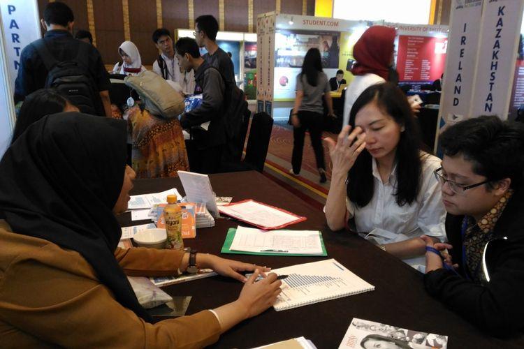 Orang tua mendapingi calon mahasiswa dalam mencari jurusan di perguruan tinggi yang sesuai dengan minat dan bakat pada pameran pendidikan di Hotel Pullman Jakarta, Kamis (2/2/2018).