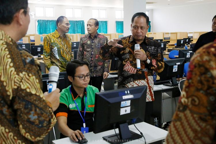 Menristekdikti Mohamad Nasir saat meninjau simulasi UTBK di lokasi tes Universitas Diponegoro (Undip) di Semarang (9/3//2019).