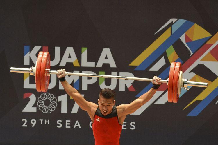 Lifter Indonesia Deni melakukan angkatan snatch angkat besi putra nomor 59 kg SEA Games XXIX Kuala Lumpur di MITEC, Kuala Lumpur, Malaysia, Selasa (29/8/2017). Deni berhasil meraih medali emas dengan total angkatan 312 kg.