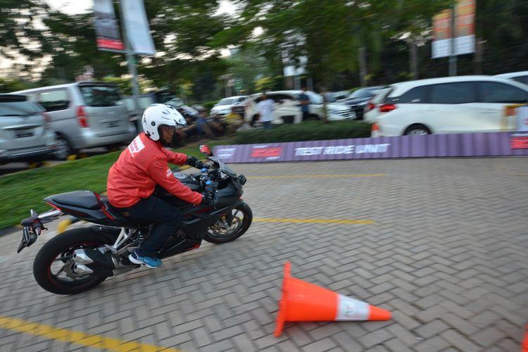 Menjajal motor sport Honda.
