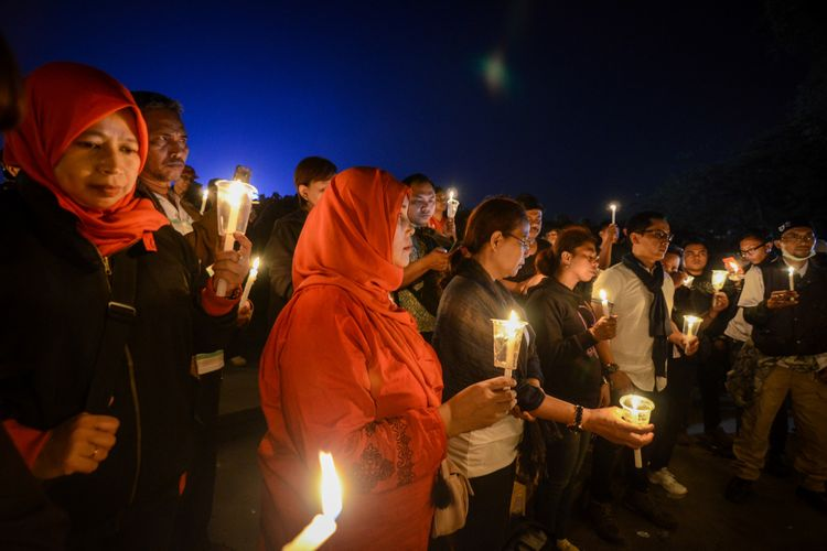 Warga dari berbagai elemen menyalakan lilin saat aksi seribu lilin di Lapangan Gasibu, Bandung, Jawa Barat (13/5/2018) malam. Aksi seribu lilin tersebut sebagai dukungan dan doa bagi korban bom di tiga gereja di Surabaya. ANTARA FOTO/Raisan Al Farisi/ama/18