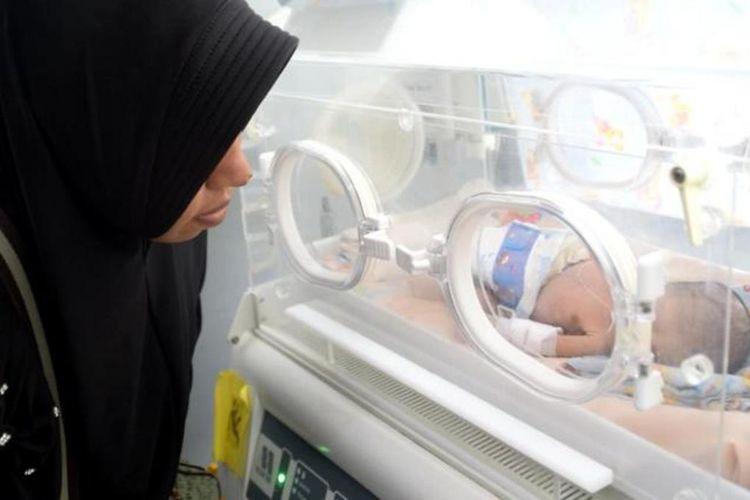 Seorang bayi yang masih berusia sekitar dua minggu ini menjalani perawatan intensivedi ruangan Neonatal Intensive Care Unit (NICU) Rumah Sakit Umum Daerah Kota Baubau, Sulawesi Tenggara.  Bayi yang bernama Muhamad Azri ini mengalami kelainan saat lahir yakni lahir tanpa penutup perut sehingga ususnya keluar.