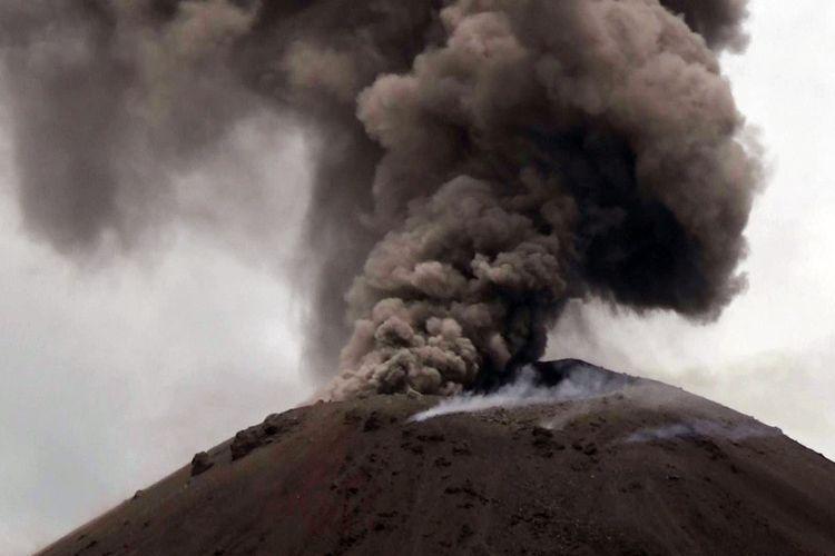 Asap hitam menyembur saat terjadi letusan Gunung Anak Krakatau (GAK) di Selat Sunda, Banten, Senin (10/12/2018). Berdasarkan data yang terekam di Pos Pengamatan GAK di Pasauran, Serang, sejak Jumat (7/12) hingga Minggu (9/12) GAK mengeluarkan 204 letusan awan hitam setinggi 150-300 meter dengan durasi 31-72 detik diiringi 22 kali gempa vulkanik sehingga statusnya masih pada level wasada. ANTARA FOTO/Weli Ayu Rejeki/af/hp.