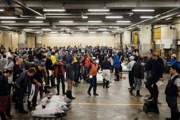 Pembeli, pekerja, dan juru lelang menghadiri prosesi lelang tuna terakhir di Pasar Ikan Tsukiji Sabtu (6/10/2018). Lelang itu menjadi yang terakhir sebelum Tsukiji ditutup dan direlokasi ke tempat baru.