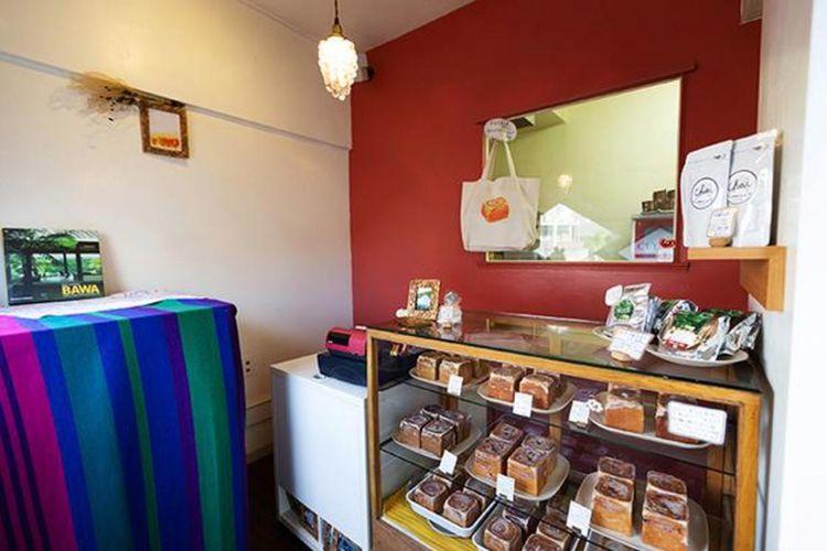 Interior toko didekorasi dengan pernak pernik khas Sri Lanka serta kain tenun.
