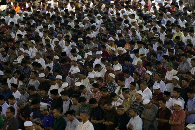 Umat muslim menjalankan shalat tarawih pertama di Masjid Istiqlal, Jakarta, Jumat (26/5/2017). Pemerintah menetapkan bahwa 1 Ramadhan 1438 Hijriah jatuh pada Sabtu (27/5/2017).
