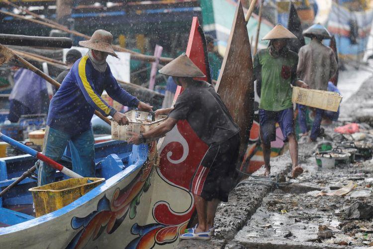 Nelayan menurukan hasil tangkapan mereka untuk dijual ke Tempat Pelelangan Ikan Ujung Watu, Kabupaten Jepara, Jawa Tengah, Minggu (23/10/2016). Pelarangan penggunaan alat tangkap cantrang membuat nelayan kecil sekitar perairan Jepara berharap dapat memperoleh tangkapan ikan yang melimpah.