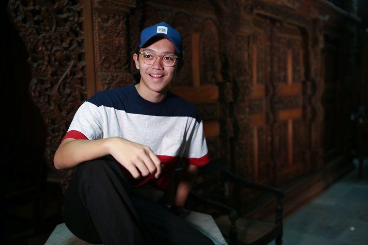 Brandon Salim berpose di Bentara Budaya Jakarta (BBJ) saat mengunjungi kantor redaksi Kompas.com, Palmerah Selatan, Jakarta, Selasa (8/8/2017). Kedatangan mereka untuk mempromosikan film A: Aku, Benci & Cinta.