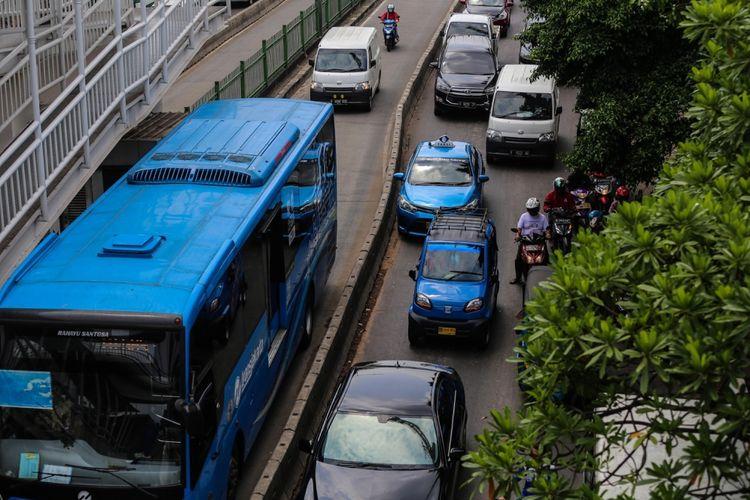 Pengendara sepeda motor menerobos masuk ke jalur Transjakarta di kawasan Pasar Rumput, Manggarai, Jakarta Selatan, Jumat (6/10/2017). Meski seringkali dilakukan razia oleh Polisi, sejumlah pengendara sepeda motor masih nekad melakukan pelanggaran dengan menerobos jalur Transjakarta.
