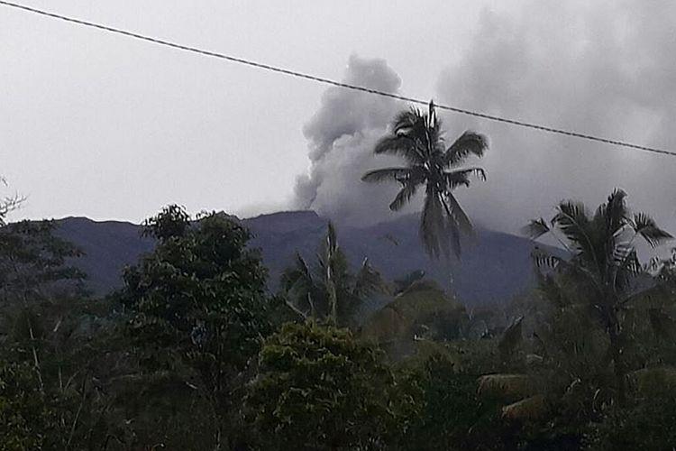 Gunung Agung di Kabupaten Karangasem, Bali, meletus pada Selasa (21/11/2017). Letusan yang terjadi pada pukul 17.05 Wita ditandai dengan asap berwarna kelabu dan abu vulkanik tipis yang membumbung dari puncak kawah dengan tekanan sedang hingga tinggi maksimum 700 meter, dan abu letusan bertiup ke arah timur-tenggara.