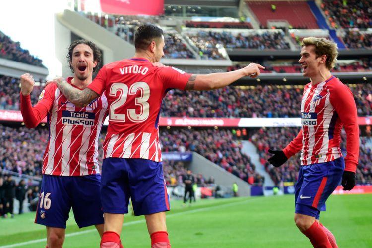 Sime Vrsaljko, Vitolo, dan Antoine Griezmann merayakan gol Atletico Madrid ke gawang Celta Vigo pada pertandingan Divisi Primera La Liga Spanyol, Minggu (11/3/2018).