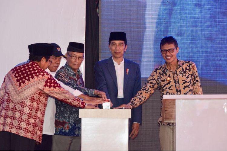 Presiden Joko Widodo (Jokowi) meresmikan Rumah Susun (Rusun), Masjid Hj. Yuliana, Gedung Sekolah SMP 2 dan SMA 2 di kawasan Pesantren Modern Terpadu Prof. Hamka, Kota Padang, Sumatera Barat, Senin (21/5/2018).
