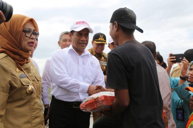 Menteri Pertanian Andi Amran Sulaiman memberi bantuan pertanian bagi petani korban banjir di tiga kabupaten di Sulawesi Selatan, Senin (9/7/2018).