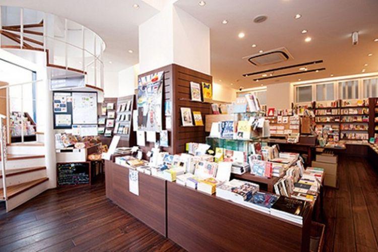 """""""BOOKS KUBRICK"""" cabang Hakozaki."""