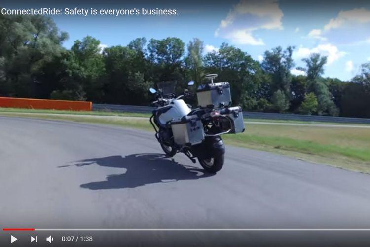 BMW Motorrad buat R1200GS bisa berjalan sendiri tanpa ada pengendaranya.